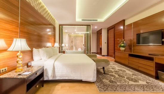 sub-picture-executive-suite-bedroom-bathroom